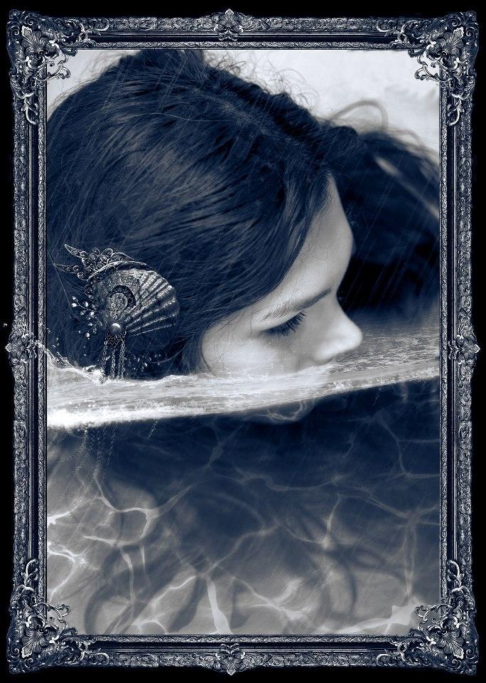 """Fotografía promocional para la nueva obra de Victoria Francés """"El lamento del océano"""" ©Nekro"""