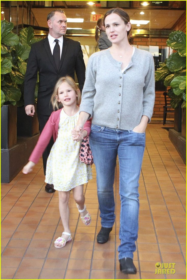 Jennifer Garner and Ben Affleck take their daughters Violet and Seraphina to lunch on October 13, 2012