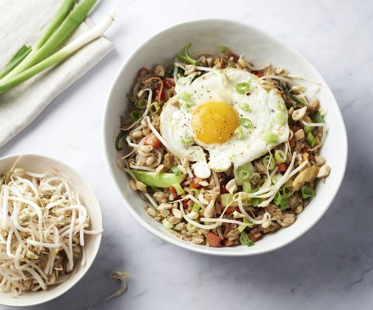 Nasi goreng con uovo al tegamino - Il nasi goreng è un piatto tipico della cucina indonesiana a base di riso fritto. È una deliziosa ciotola di comfort food pieno di verdure con un uovo al tegamino. A volte, i piatti semplici e veloci sono quelli più gustosi! Godetevelo!