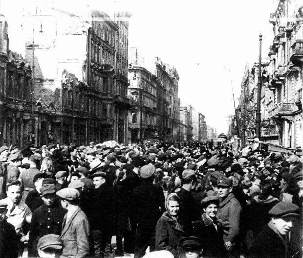Ogromny tłum na Marszałkowskiej pomiędzy Piękną a Wilczą w dniu otwarcia kina Polonia. Lany poniedziałek, 2 kwietnia 1945 r.