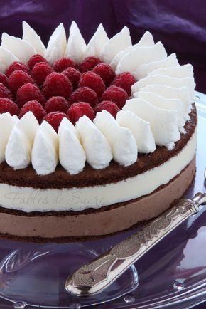 Torta bavarese al cioccolato fondente e bianco,e un cuore di lamponi protetto da un soffice giro di panna montata, un'estetica accattivante e un gusto unico