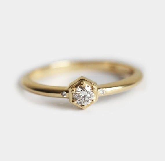 シンプルな全カラット0.1のダイヤモンドリング。自分用はもちろん、エンゲージリングとしてもぴったりです。商品の詳細:⬡ 18kソリッドゴールド⬡ メインダイヤモンド サイズ3mm、全カラット0.11 ⬡ 小さいダイヤモンド サイズ1.2mm⬡ 明度VS、色度G⬡ バンドの幅…