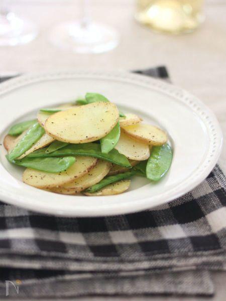 新じゃがいもときぬさやのシャキシャキ感を楽しむ旬のレシピ。塩こしょうでシンプルに!スナック感覚でどんどんお箸が進みます。
