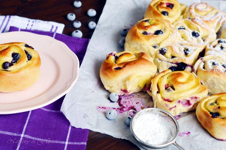 A hideg esős napok sűrűsödésével a kelt tészták száma is megnő a konyhánkban.  Most egy egyszerű pihe - puha csigát készítettem egyik kedven...