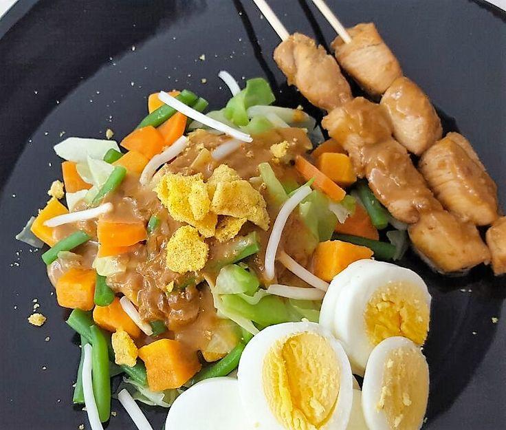 Een vullend groente gerecht met ei, pindasaus en kip saté. Ben je vegetarisch of lust je geen kip dan laat je de saté weg.