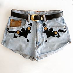 Follow this NO SEWING tutorial to customize your oldest jeans! Tutorial in English and Spanish