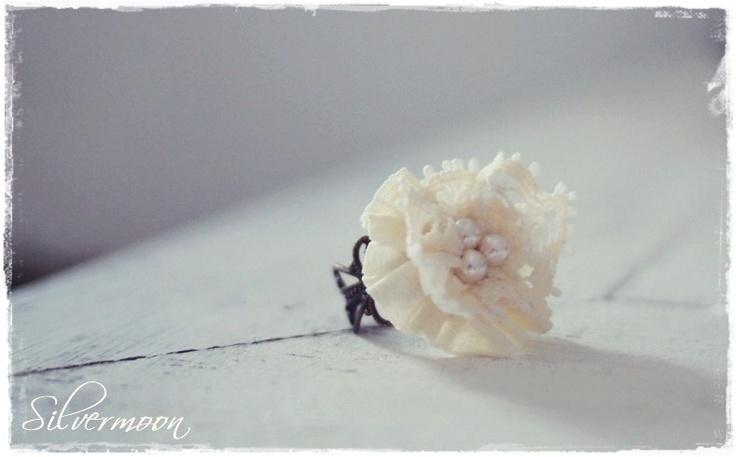 Ein romantischer Ring.. Ich habe eine Rosette aus einem Baumwollband, Spitze und Glaswachsperlen genäht und diese auf eine grössenverstellbare Ringsch