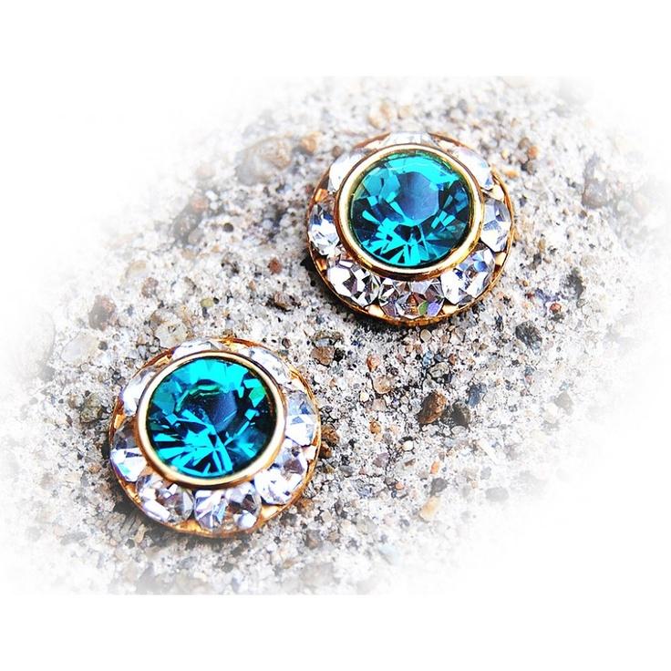 Kolczyki Silver Sapphire, to propozycja dla Pań szukających elegancji i odrobiny luksusu. Piękny szafirowy odcień, stworzony na kryształkach marki Swarovski będzie doskonałym wyborem na wyjątkowy wieczór. Cena: 89,89zł brutto.
