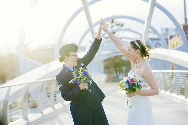 """""""Los espectadores y peatones a menudo están chocando esos cinco y felicitando a mis parejas, y es una experiencia increíble para parejas que vienen de todas partes para casarse en Washington D.C."""".   13 fotógrafos en sus bodas favoritas de personas del mismo sexo"""