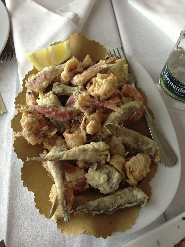 Frittierter Fisch, gegessen bei Fano, am Strand