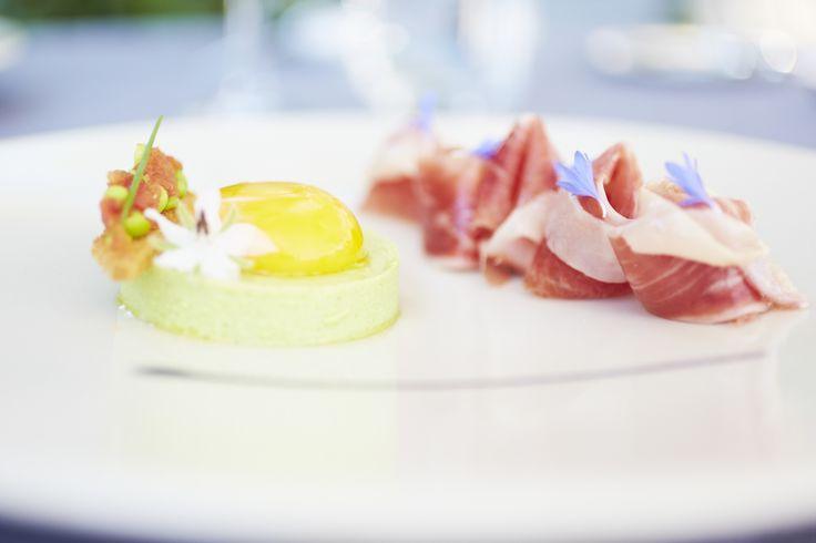 jaune d'œuf de poule crémeux,royale de petits pois et copeaux de « jambon iberico de cebo » http://www.crillonlebrave.com/cuisine-et-vins.htm