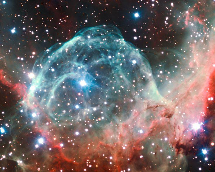 """NGC 2359, ist eine Sternkinderstube im Sternbild Canis Major (der Große Hund). Der helmähnliche Nebel befindet sich in einer Entfernung von etwa 15.000 Lichtjahren von der Erde und hat einen Durchmesser von etwa 30 Lichtjahren. Der """"Helm"""" ist eine kosmische Blase, die der Wind des hellen, massereichen Sterns im Zentrum in die umgebende Molekülwolke treibt."""