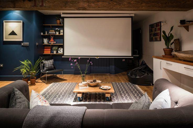 Majitelé kráčí s dobou. Pokoje doplnili moderním vybavením. V jednom z pokojů vzniklo malé domácí kino s plátnem.