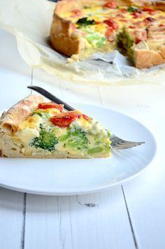 Broccoli en cherrytomaten  taart (voor slanke versie een ei vervangen door eiwit en zure room door magere griekse yoghurt). Protip: zongedroogde tomaten en wat kruidenkaas door het mengsel doen