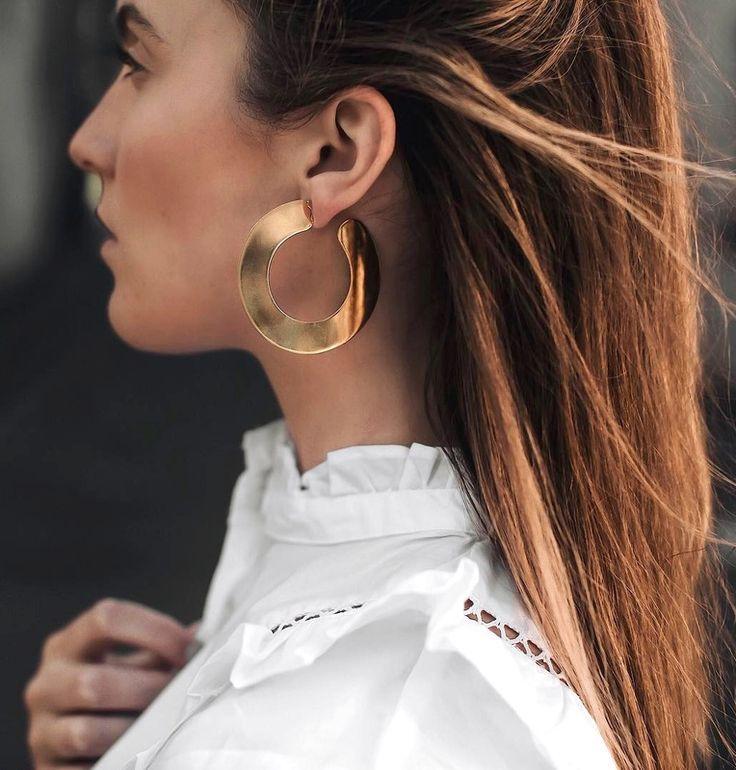 Larges créoles dorées + blouse blanche romantique = le bon mix (photo Hollyt)