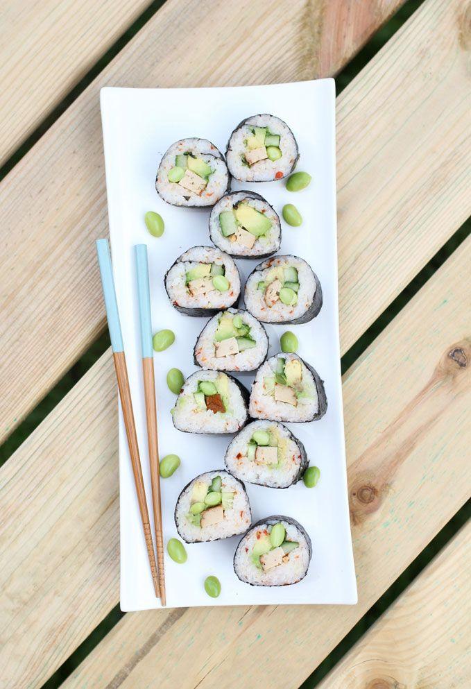 Sushi met gember & gerookte tofu en ingrediënten als avocado, komkommer en edamame. Leer ook hoe je de sushi het beste kan rollen. Heerlijk zomerrecept.
