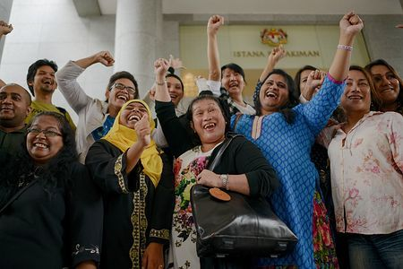 7日、マレーシアのプトラジャヤの上訴裁判所前で女装禁止の州法への違憲判決を喜ぶ性同一性障害の人たち(AFP=時事) ▼7Nov2014時事通信|女装禁止に違憲判決=性同一性障害者の主張認定-マレーシア http://www.jiji.com/jc/zc?k=201411/2014110700995