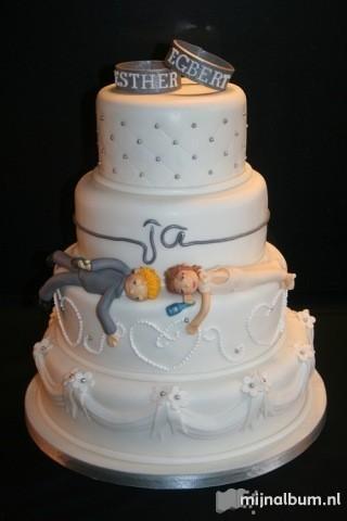 Deze taart vind ik echt geweldig! Dronken bruid en bruidegom liggend op de taart!
