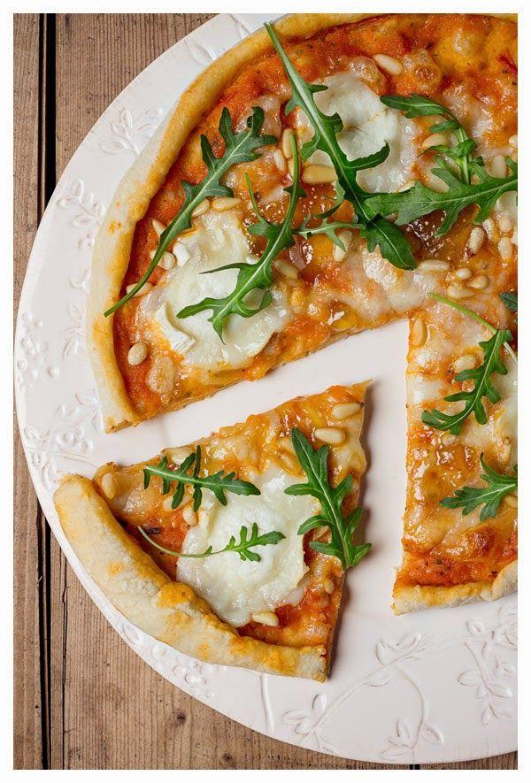 Pizza med getost, fikonmarmelad, pinjenötter och rucola