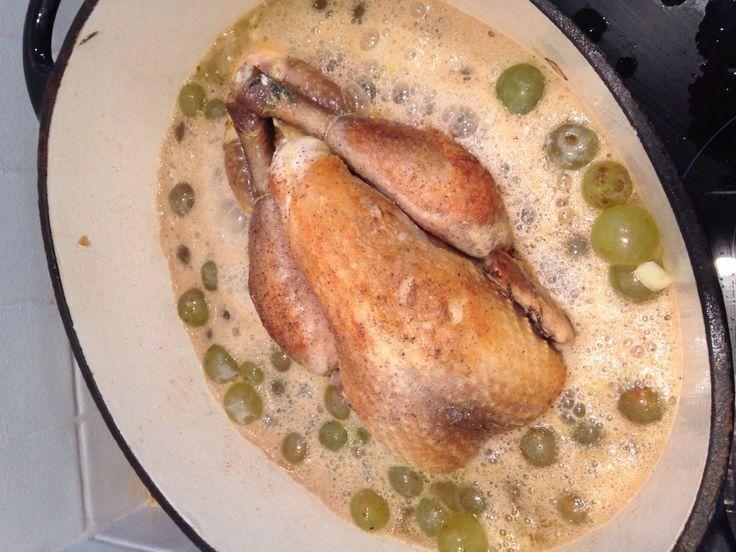 pintade, oignon, cidre, raisins secs, lardons fumés, bouillon de volaille, beurre, poivre, Sel