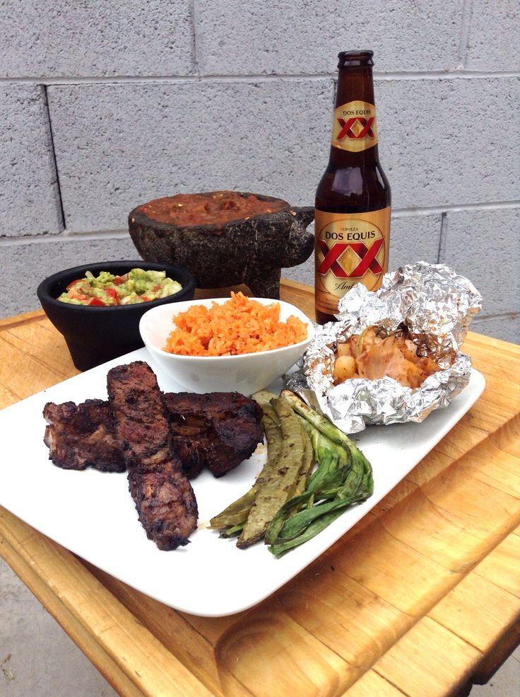 ¡Comida mexicana, carne asada, arroz, pico de gallo, salsa, nopales y papas.