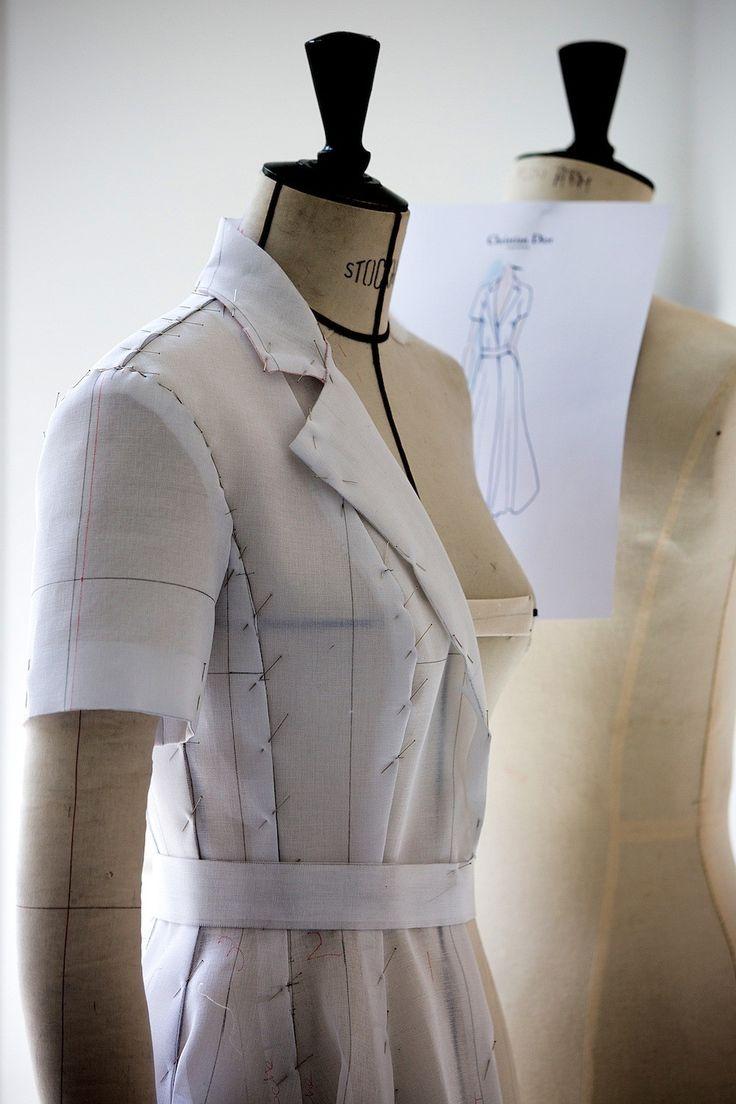 De vorm van de jurk met op de achtergrond de schets - Exclusief: de making-of van Kirsten Dunsts Dior jurk in Cannes