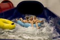 Rutschen im SauerlandBAD: met grote zwembanden (1, 2 en 3 persoons!) van de bochtige waterglijbaan!
