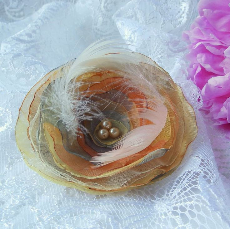 Francoise Brož nebo spona do vlasů, zdobená perličkami a peříčky. Průměr je 9 cm. Květ je přidělaný na univerzálním brožovém můstku, takže jej můžete použít jako sponu do vlasů, nebo jako brož. Jako bonus ke každé květině dostanete zdarma skládanou origami krabičku.