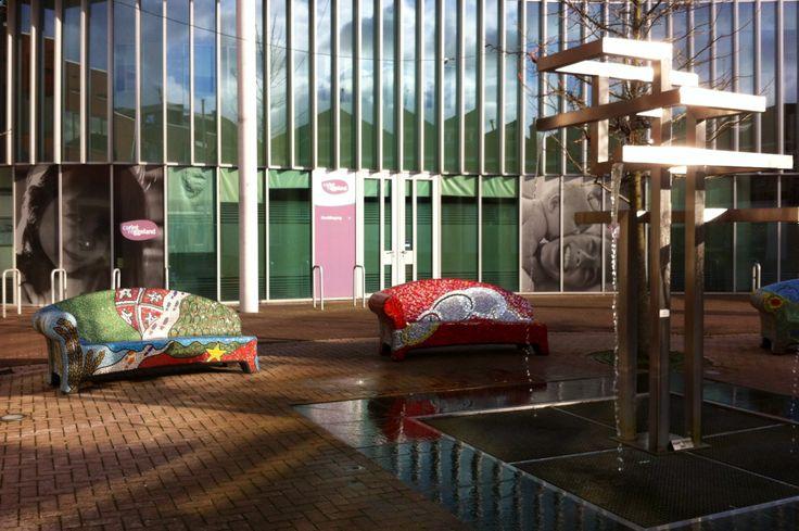 In het centrum van Goor staan deze bankjes van mozaïek, rondom een moderne fontein. Het gezellige centrum van Goor ligt op een half uur lopen van ons chalet Markelo. Uiteraard is het sneller op de fiets. Deze staat in onze schuur. Hoort bij de huur van het chalet.