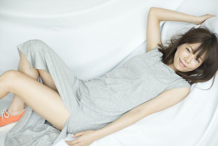 横たわる桜井ユキ