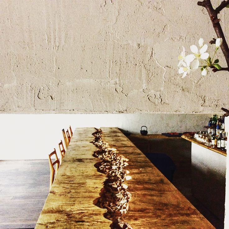 Zauberhafte Einrichtung im japanischen Restaurant Kumami in Berlin Köpenik. Wahnsinnig toller massiver Holztisch!