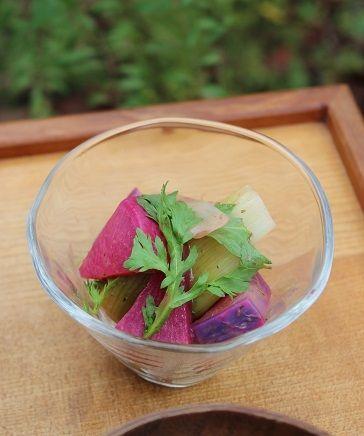 「赤と紫大根、長ネギの梅和え」。 長ネギはとろりとするまで少しの梅肉と一緒に煮ます。 甘みが出て美味しくなった長ネギと 蒸した赤大根紫大根を和えて出来上がり。 梅の酸味できれいに発色しました。 柔らかく煮て食べやすくしています。 箸休めにぴったりの副菜。