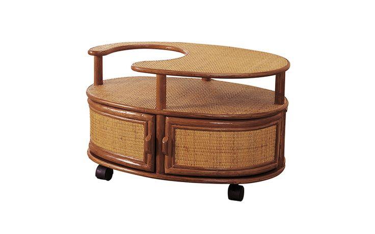 ポットやお茶セットがまとめて収納できる便利な籐製ワゴンテーブル。この1台でお客様をおもてなしする事ができます。キャスター付なのでポットを乗せたままでも楽々移動出来ます。豊富な収納箇所で、様々なものを収納できます。ソファ横でサイドテーブルとしてもお使いいただけます。天板や扉前面はきめ細やかな籐の目積編み仕上げ。クラシックで上品な日本の家屋にスッと馴染むデザインのサイドワゴンです。