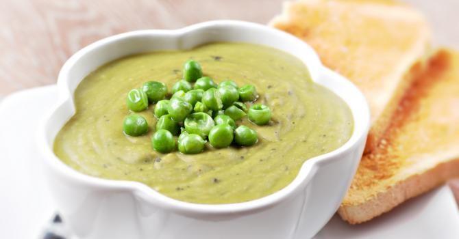 Recette de Soupe poids plume de petits pois et pointe de poireau. Facile et rapide à réaliser, goûteuse et diététique.