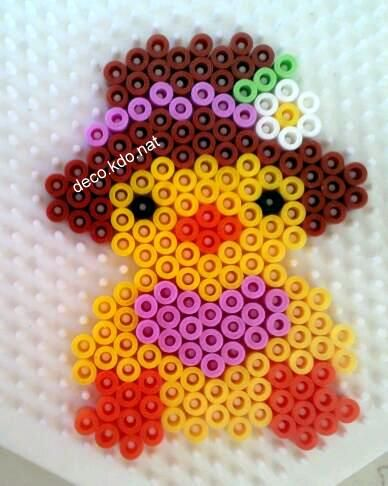 Easter chick with hat hama perler beads by Deco.Kdo.Nat http://www.creactivites.com/234-plaques-perles-a-repasser-midi-hama
