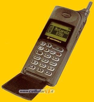 Motorola 8700 Il mio primo cellulare! Per mandare sms non avevi accesso alla rubrica, ma dovevi ricordarti il numero del destinatario!