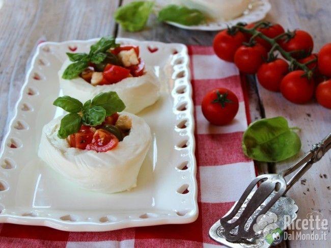 Cestini di mozzarella e pomodori  Semplici, gustosi e adatti a tantissime occasioni! http://bit.ly/cestini-di-mozzarella