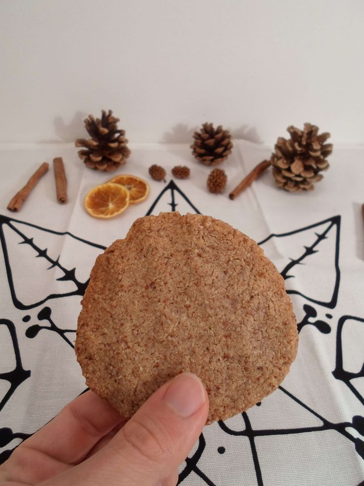 Low Carb Kekse aus Mandeln! Diese Low Carb Plätzchen sind mega einfach zu machen und dank der Mandeln auch noch super gesund. PS.: das Rezept ist natürlich auf deutsch :)