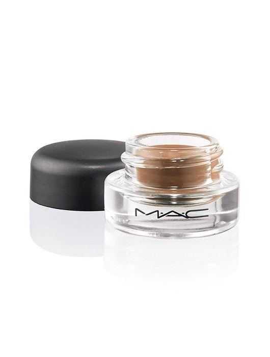 """En este paso a paso, el makeup artist Jonathan Lule nos enseña cómo lograr sus famosos """"smoky de verano"""" y nos revela sus tips para un maquillaje increíble."""