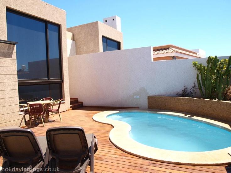 3 bedroom villa in El Medano to rent from £685 pw. With solarium, balcony/terrace, air con, TV and DVD.