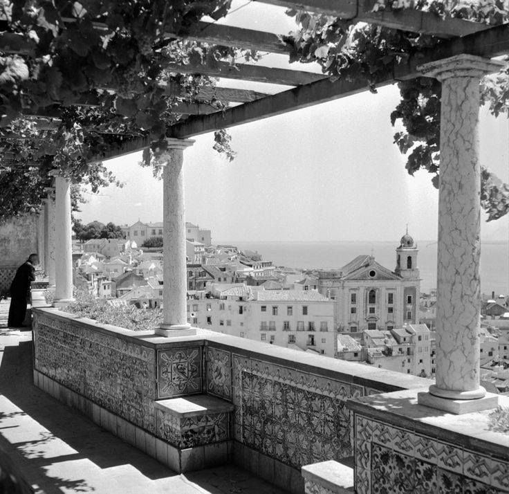 Lisboa. Miradouro de Santa Luzia, década de 60.