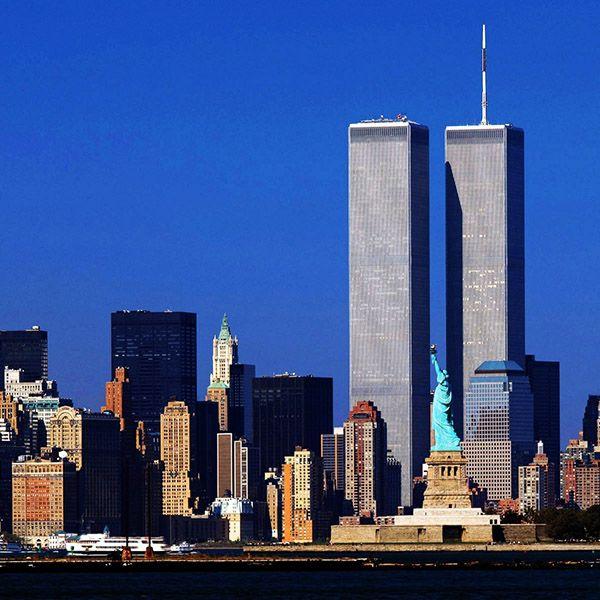 Las Torres Gemelas formaban parte del World Trade Center, un complejo de siete edificios en el Distrito Financiero de Manhattan, uno de los monolitos más representativos del skyline de Nueva York, pero el 11 de septiembre de 2001 todo cambió cuando fueron destruidas en un ataque terrorista. La torre uno, dos y siete del complejo …