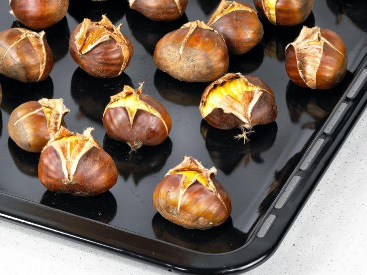 Maronen rösten gehört zur Vorweihnachtszeit einfach dazu! Wir zeigen Ihnen Schritt für Schritt, wie Sie die Esskastanien im Ofen zubereiten.