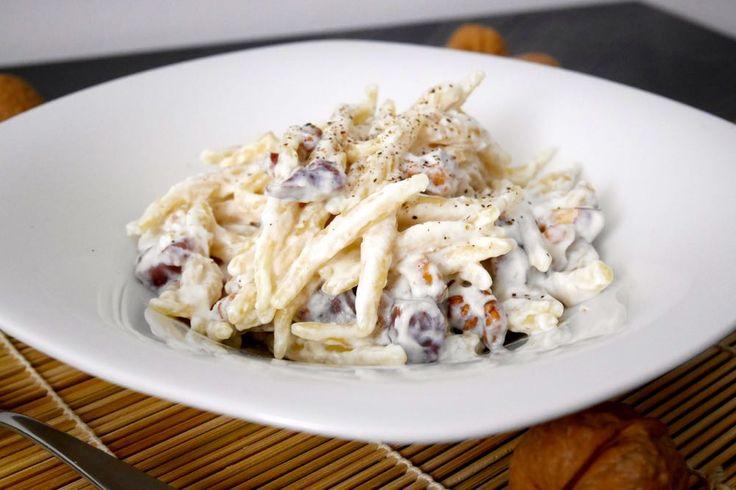 Le trofie con crema di ricotta, noci e prosciutto crudo sono un primo piatto semplice e saporito.