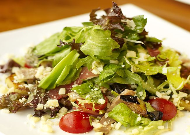 Vrei sa-ti pregatesti o salata sanatoasa si delicioasa? Incearca reteta noastra pentru salata cu vinete coapte si mozzarella.