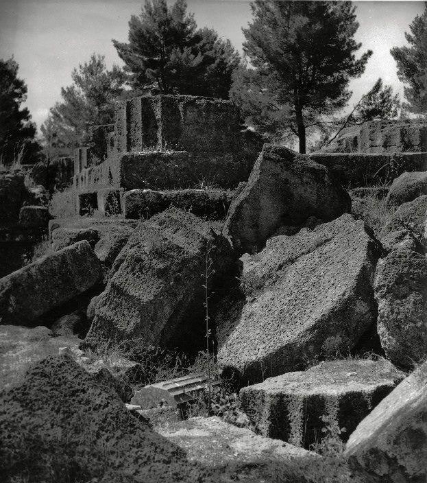 Herbert List .Ο χορταριασμένος ναός του Δία στην Ολυμπία το 1937...