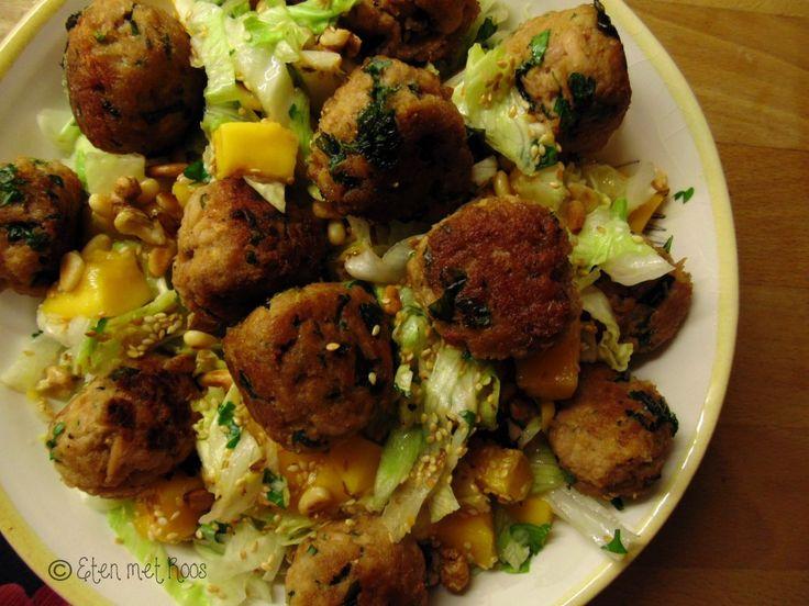 Salades kunnen best in de winter! Met deze salade met tonijn, mango en koriander waan je je zelfs weer een beetje in de zomer!   http://etenmetroos.nl/salade-met-tonijnballetjes-mango-en-een-korianderdressing/