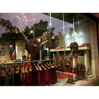 Came across this brilliant window display, best way to convey the value of the product is to sell the craftsmanship behind the design !! #windowdisplay#windowinspiration#windowdesign#retaildesign#retail#banaras#indiansarees#indianhandicraft#indianstyle#colorful#richcolors#design#instainspire#inspiration#indiaretail#visualmerchandiser#mutedinspire#stayinspired#staycurious#visualsoflife