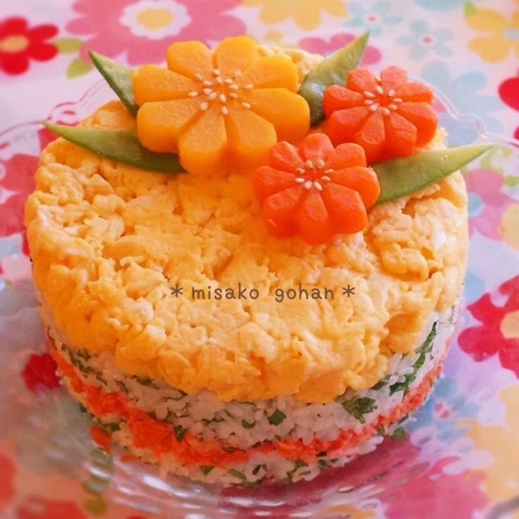 yakoちゃんのお花人参が作りたくて花型ネットで買いました(*ˊ艸ˋ)♬* お弁当は作らないから、どー使おうか、 悩んで、寿司ケーキにしてみたよ✽ 家にあった丸いタッパーにラップを敷いて、 いり卵、しそ入り寿司飯、鮭ほぐし身、寿司飯の順に詰めて、お皿にひっくり返して お花人参とお花西洋かぼちゃを飾りました。 やこちゃん、お花作りめちゃ、楽しかったー((´艸`*)) 言いつけ通り、キッチンペーパーで冷凍したよー✽