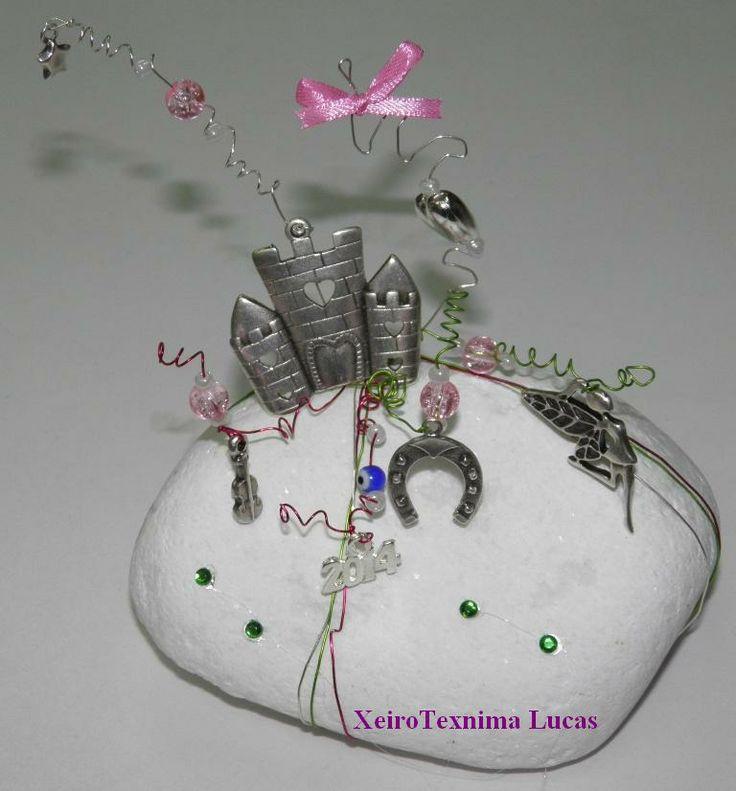 Κοριτσίστικο γούρι σε λευκή πέτρα
